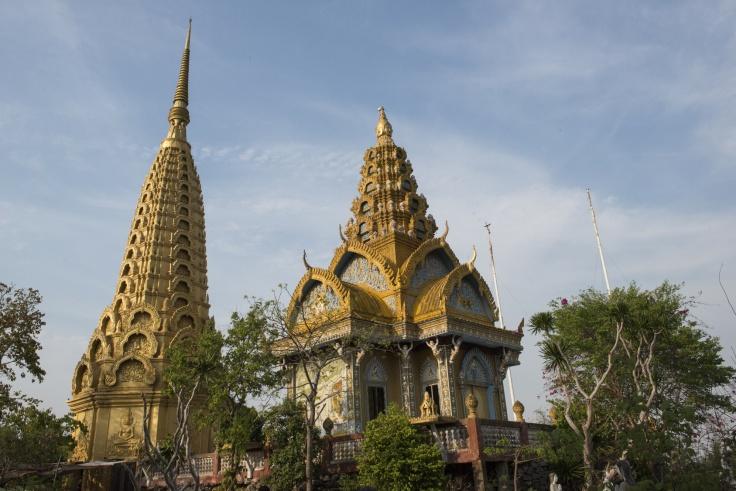 Pagodas doradas en el Templo Phnom Sampeau en lo alto de una montaña. Battambang, Camboya